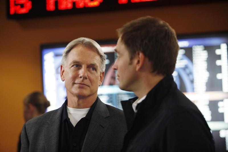 Mark Harmon parla con Michael Weatherly in una scena dell'episodio Good Cop, Bad Cop di Navy N.C.I.S.