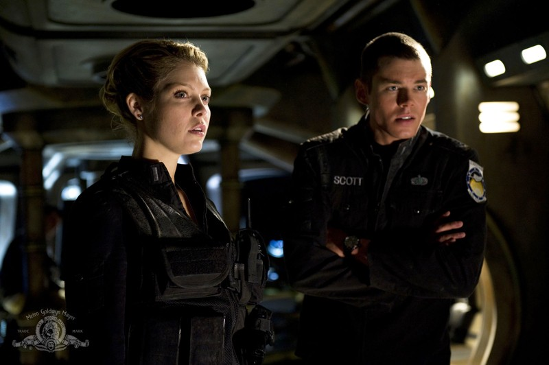 Matthew Scott (Brian J. Smith) e Tamara Johansen (Alaina Kalanj) in una scena dell'episodio Darkness di Stargate Universe