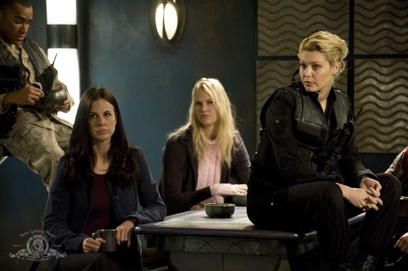 T.J. (Alaina Kalanj) e parte della squadra nella sala da pranzo nell'episodio Darkness di Stargate Universe