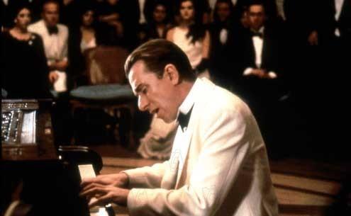 Tim Roth in una scena del film La leggenda del pianista sull'oceano