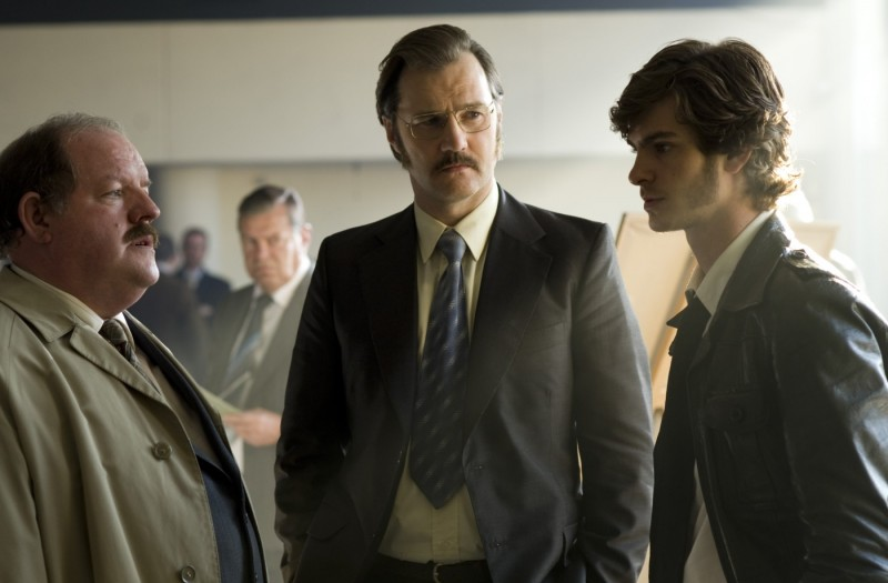 David Morrisey e Andrew Garfield in una scena del film Red Riding: 1983