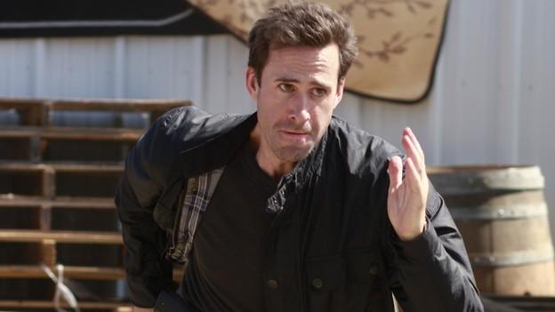 FlashForward: Joseph Fiennes in una scena dell'episodio Black Swan
