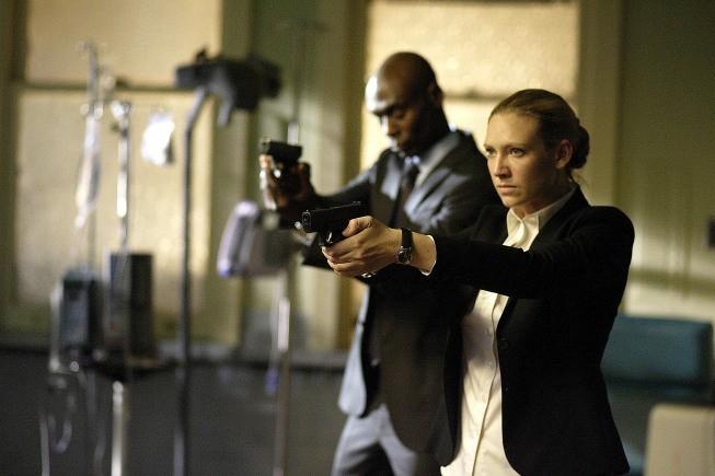 Fringe: Anna Torv e Lance Reddick in un momento dell'episodio Earthling