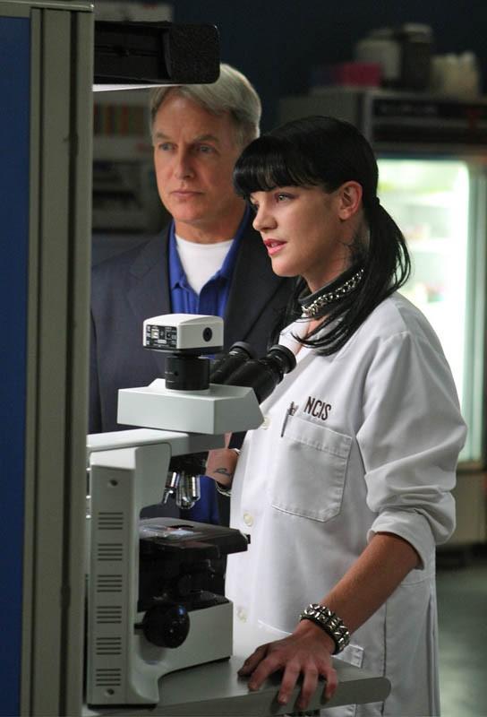 Gibbs (Mark Harmon) ed Abby (Pauley Perrette) in laboratorio nell'episodio Code of Conduct di Navy N.C.I.S.