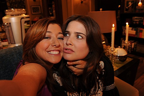 How I Met Your Mother: Alyson Hannigan e Cobie Smulders nell'episodio The Sexless Innkeeper