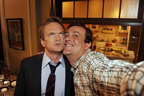How I Met Your Mother: Neil Patrick Harris e Jason Segel nell'episodio The Sexless Innkeeper