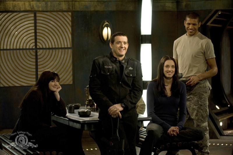 Justin Louis e Jeffrey Bowyer-Chapman in un momento di relax nell'episodio Darkness di Stargate Universe