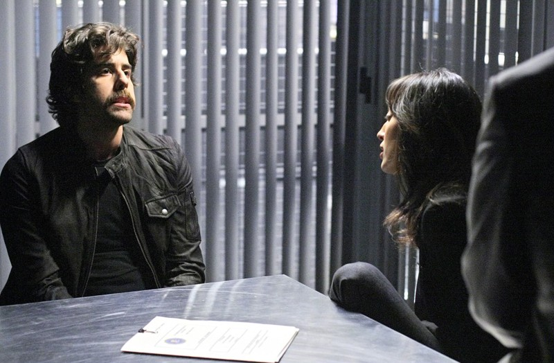 Numb3rs: Aya Sumika e la guest star Adam Goldberg nell'episodio Where Credit's Due