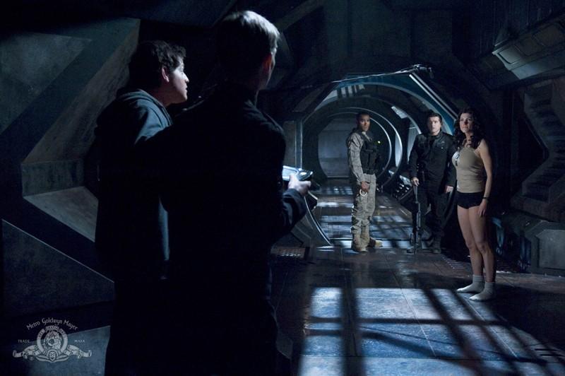 Parte dell'equipaggio s'incontra sul ponte della nave in un momento dell'episodio Darkness di Stargate Universe