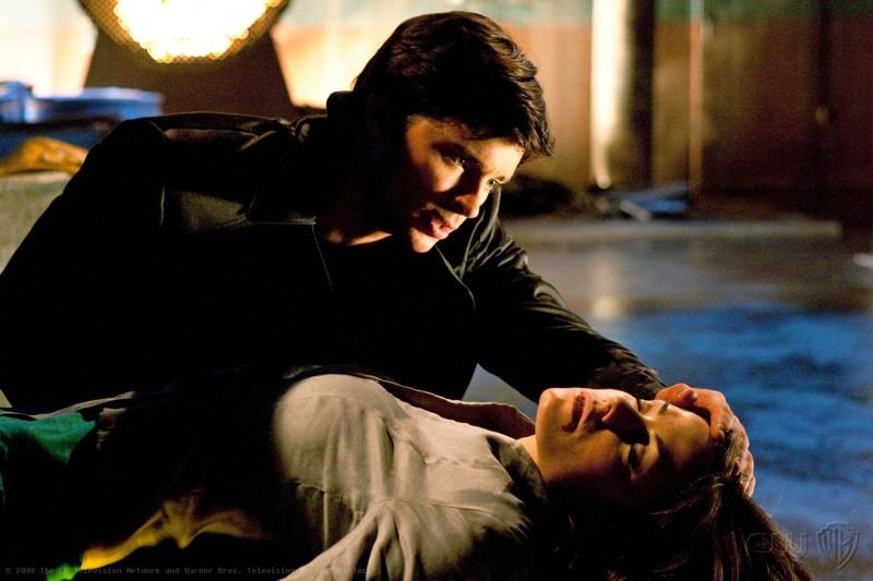 Tom Welling ed Erica Durance in una scena dell\'episodio Metallo di Smallville