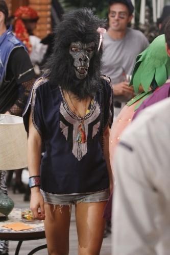 90210: Gillian Zinser in maschera nell'episodio Unmasked