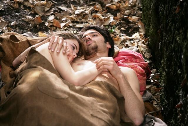Cosima Coppola e Giulio Berruti in una delle scene de Il falco e la colomba