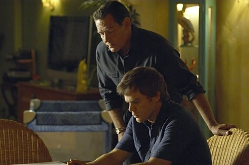 Dexter: James Remar e Michael C. Hall nell'episodio Dex Takes a Holiday