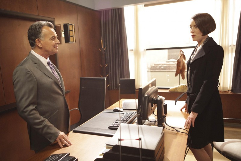 Dollhouse: La guest star Ray Wise ed Olivia Williams nell'episodio The Left Hand