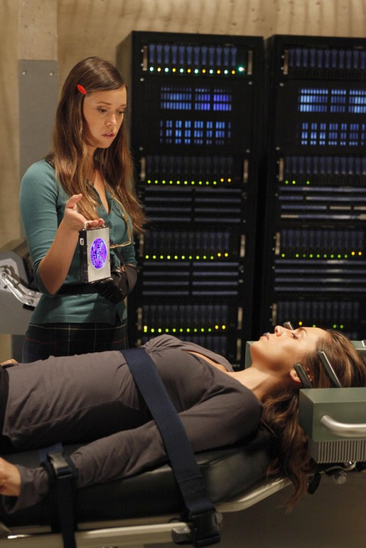 Eliza Dushku e la guest star Summer Glau nell'episodio The Left Hand di Dollhouse