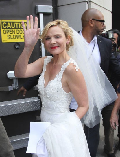 Kim Cattrall vestita da sposa sul set di Sex and the City 2: nozze in vista per Samantha?