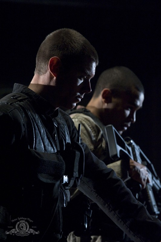 Brian J. Smith e Jamil Walker Smith in una sequenza dell'episodio Light di Stargate Universe
