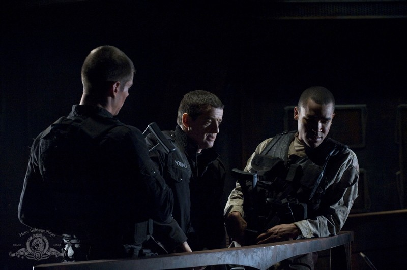 Brian J. Smith, Justin Louis e Jamil Walker Smith in una scena dell'episodio Light di Stargate Universe