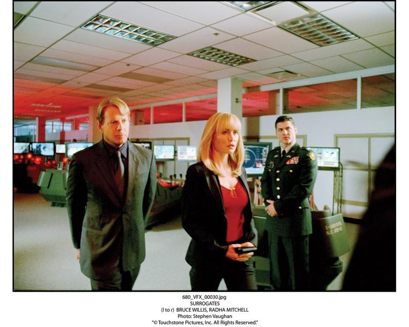 Bruce Willis con Radha Mitchell in una scena del film Il mondo dei replicanti