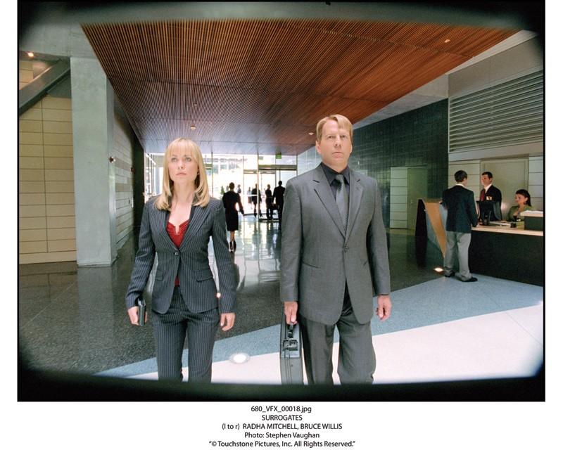Bruce Willis con Radha Mitchell in una scena del film Il mondo dei replicanti, 2009