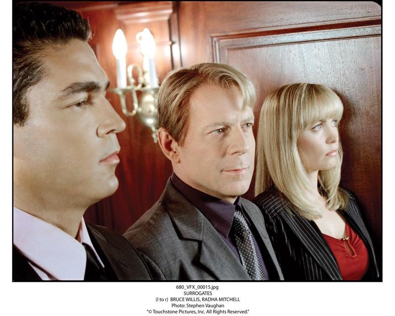 Bruce Willis con Radha Mitchell in una scena del film Il mondo dei replicanti (Surrogates 2009)