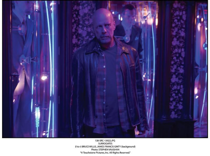 Bruce Willis in una scena del film sci-fi Il mondo dei replicanti