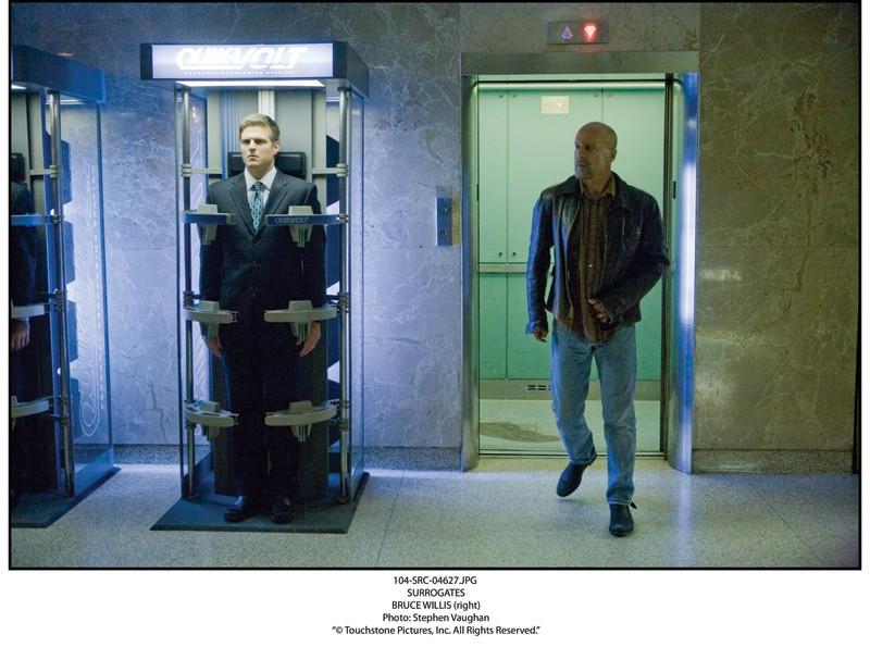 Bruce Willis in una scena del film sci-fi Il mondo dei replicanti (Surrogates, 2009)