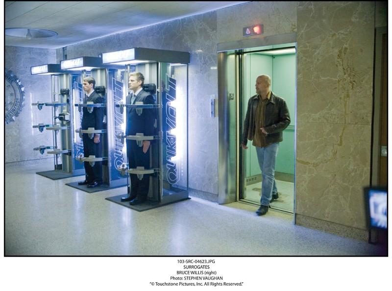 Bruce Willis in una scena del film sci-fi Il mondo dei replicanti (Surrogates, 2009) in una foto di Stephen Vaughan