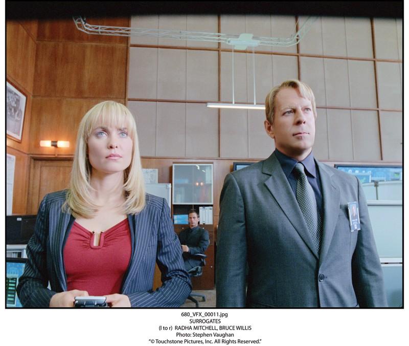 Bruce Willis in versione platinata con Radha Mitchell in una scena del film Il mondo dei replicanti