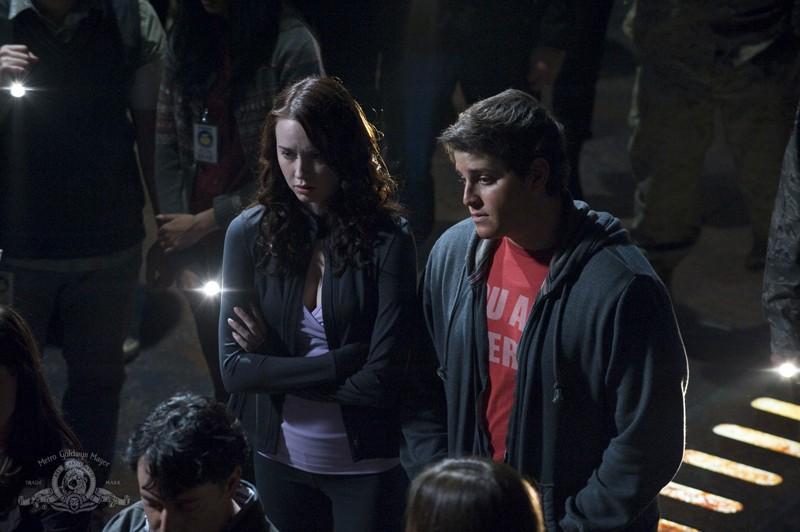 Chloe (Elyse Levesque) ed Eli (David Blue) in una scena dell'episodio Light di Stargate Universe