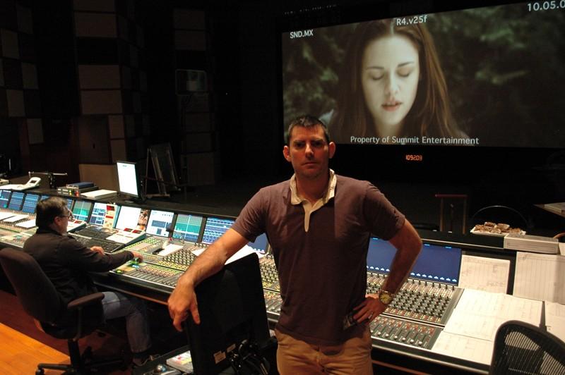 Chris Weitz durante la fase di mixaggio audio del film Twilight: New Moon