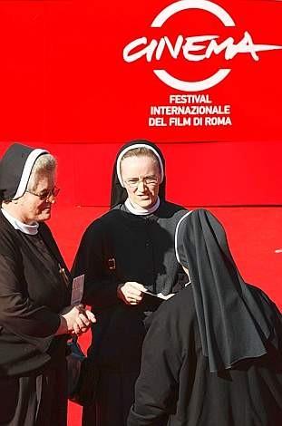 Festival di Roma 2009: un gruppo di allegre religiose sul red carpet per il film Popieluszko