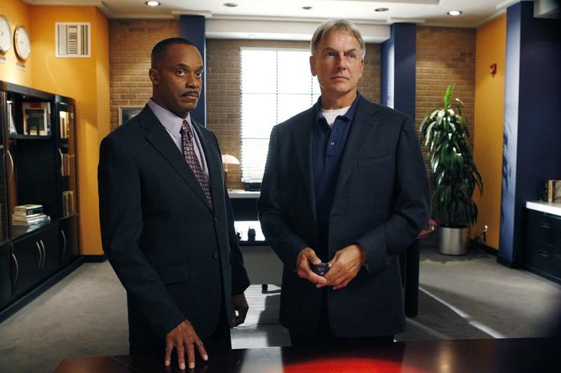 Il Direttore Vance (Rocky Carroll) e L'Agente Gibbs (Mark Harmon) nell'episodio Outlaws and In-Laws di Navy NCIS