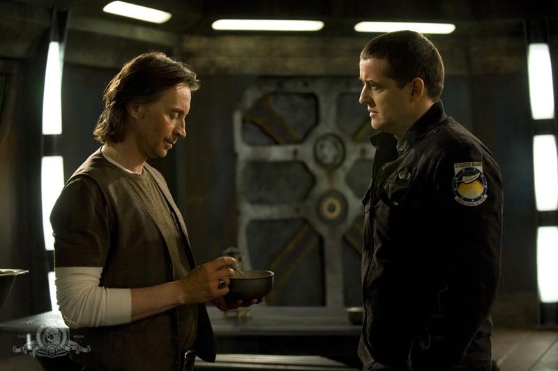 Il Dott. Rush (Robert Carlyle) ed Everett Young (Justin Louis) nell'episodio Light di Stargate Universe