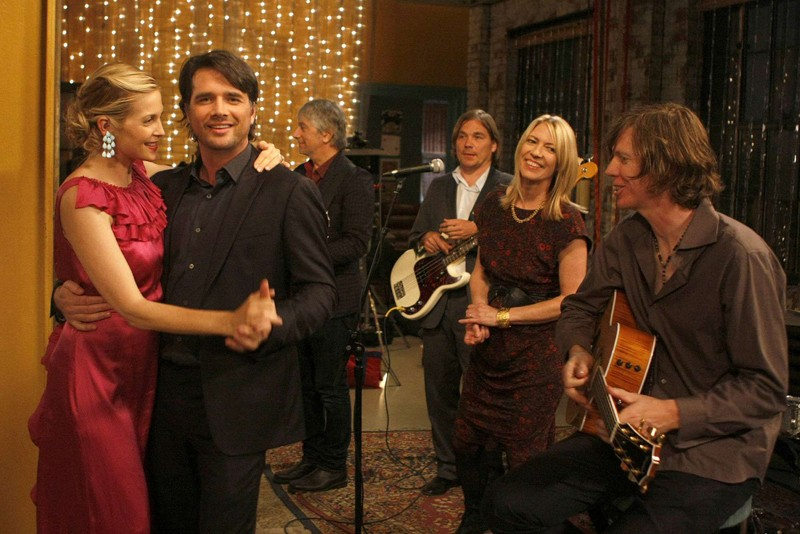 Kelly Rutherford e Matthew Settle con i Sonic Youth nell'episodio Rufus Getting Married di Gossip Girl