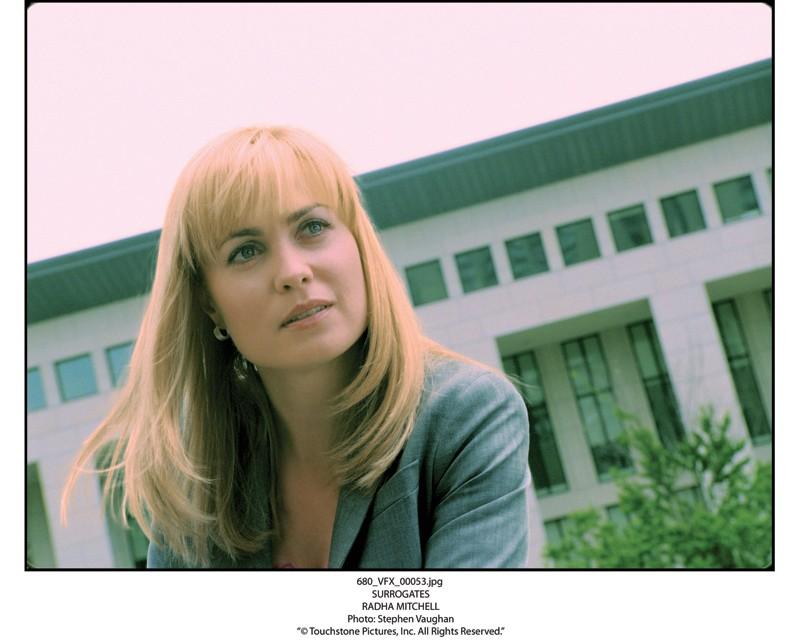 La bella Radha Mitchell è l'Agente Peters nel film Il mondo dei replicanti