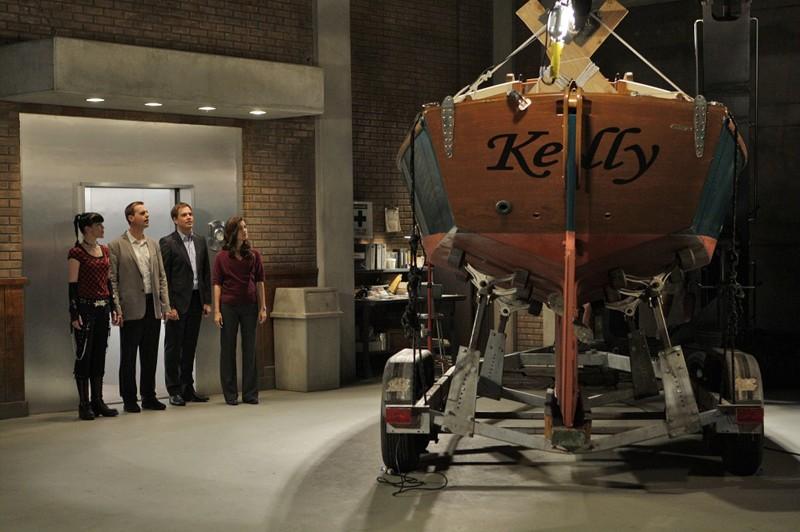La squadra e la barca di Gibbs in una scena dell'episodio Outlaws and In-Laws di Navy NCIS