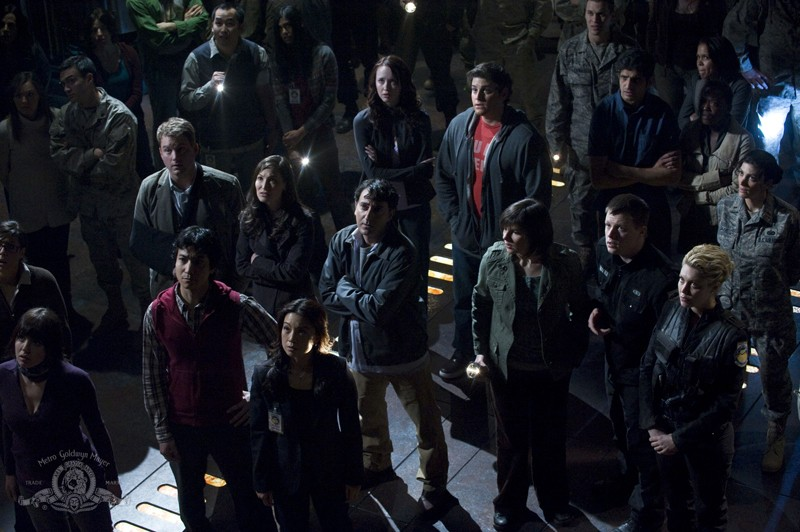 La squadra riunita in una scena dell'episodio Light di Stargate Universe