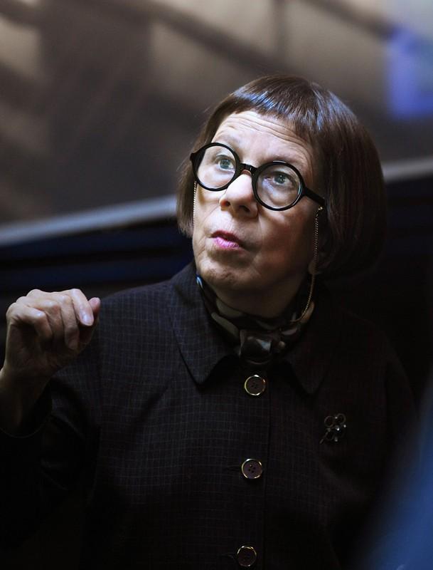 Linda Hunt in una scena dell'episodio Killshot della serie NCIS: Los Angeles
