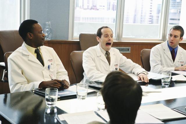 Malcolm Barrett e Jonathan Slavin in una scena dell'episodio Heroes di Better Off Ted