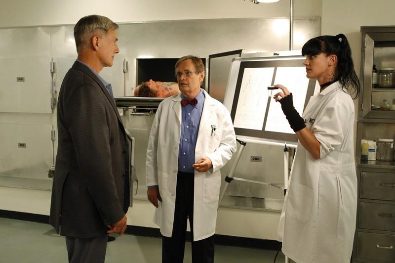 Mark Harmon, David McCallum e Pauley Perrette nella camera mortuaria dell'episodio Outlaws and In-Laws di Navy NCIS