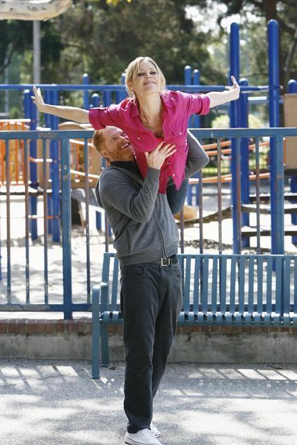 Modern Family: Jesse Tyler Ferguson e Julie Bowen in una scena dell'episodio En Garde