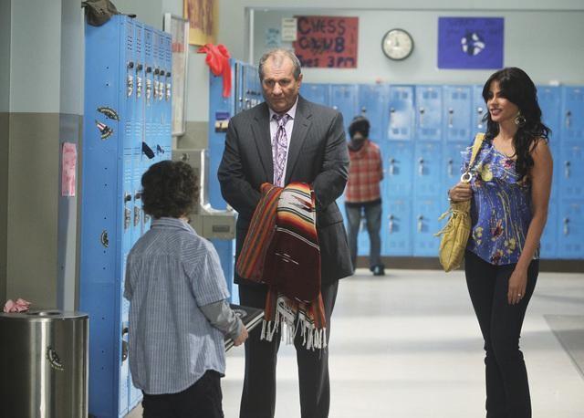 Modern Family: Rico Rodriguez, Sofía Vergara ed Ed O'Neill in una scena dell'episodio Run for Your Wife