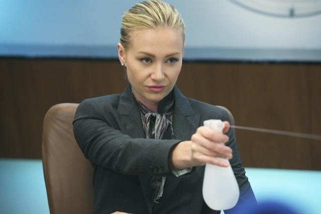 Portia de Rossi in una scena dell'episodio Heroes di Better Off Ted