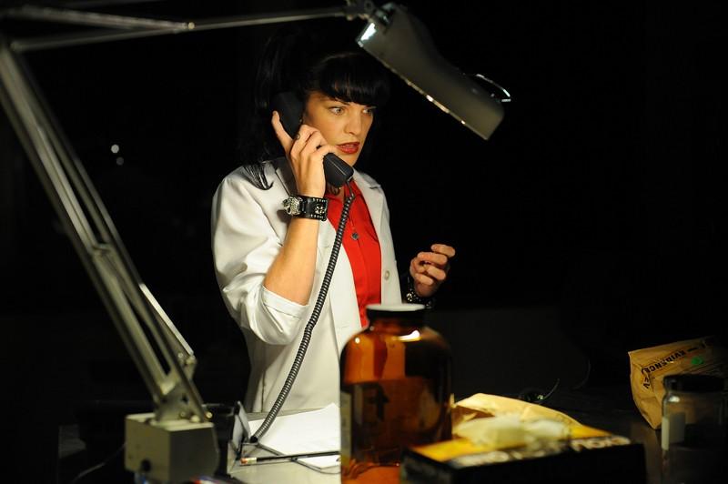 Pauley Perrette al telefono in un momento dell'episodio Killshot di NCIS: Los Angeles