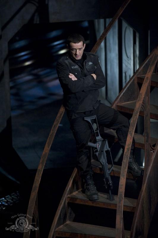 Una scena dell'episodio Light di Stargate Universe con Justin Louis