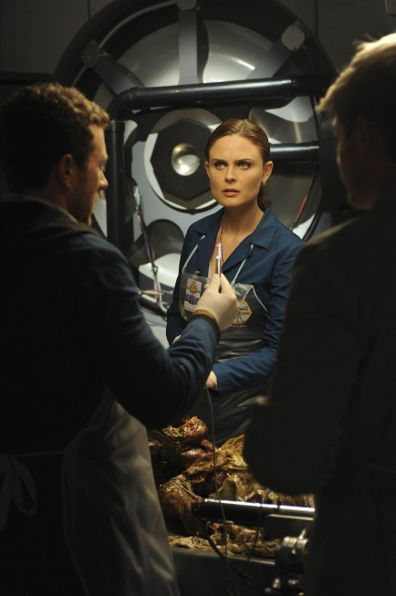 Bones: Emily Deschanel in un momento dell'episodio The Tough Man in the Tender Chicken