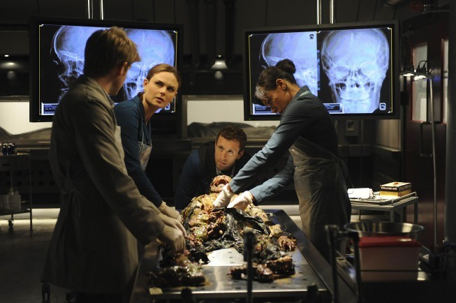 Bones: Emily Deschanel, TJ Thyne e Tamara Taylor nell'episodio The Tough Man in the Tender Chicken