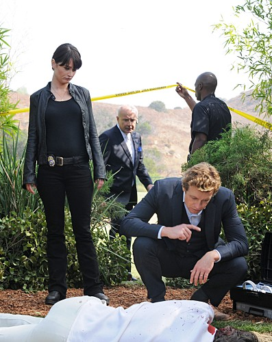 The Mentalist: Simon Baker e Robin Tunney nell'episodio Throwing Fire