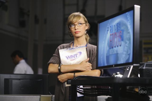 Brittney Irvin in una scena dell'episodio There Is No Normal Anymore del remake di Visitors